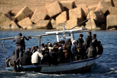 Migrantes da Tunísia chegam a uma ilha italiana em 10 de abril de 2017 [Filippo Monteforte/ AFP/ Getty Images]