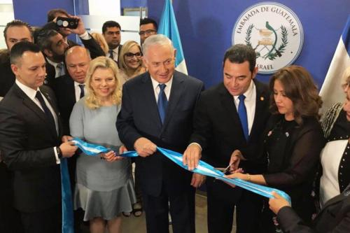 Presidente da Guatemala Jimmy Morales e Primeiro-Ministro de Israel Benjamin Netanyahu comandam cerimônia de inauguração da embaixada guatemalteca em Jerusalém [Twitter]