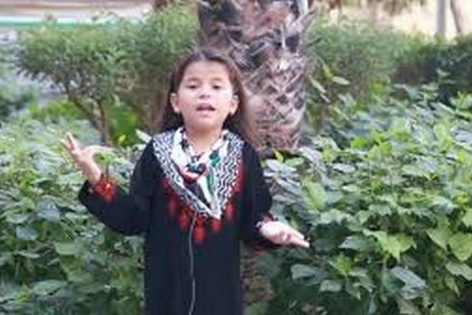 Zahra Zayed recitando um poema sobre sua terra.