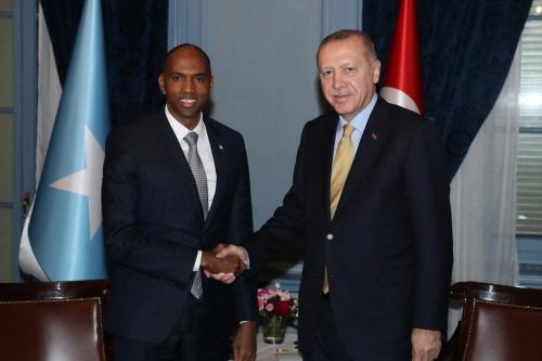 O presidente da Turquia Recep Tayyip Erdogan (dir.) Cumprimenta o primeiro-ministro da Somália, Hassan Ali Khayre (esq.), Enquanto posam durante sua reunião no 1º Fórum Global de Refugiados em Genebra, Suíça, em 16 de dezembro de 2019. [Presidência turca / Murat Cetinmuhurdar / Folheto - Agência Anadolu]