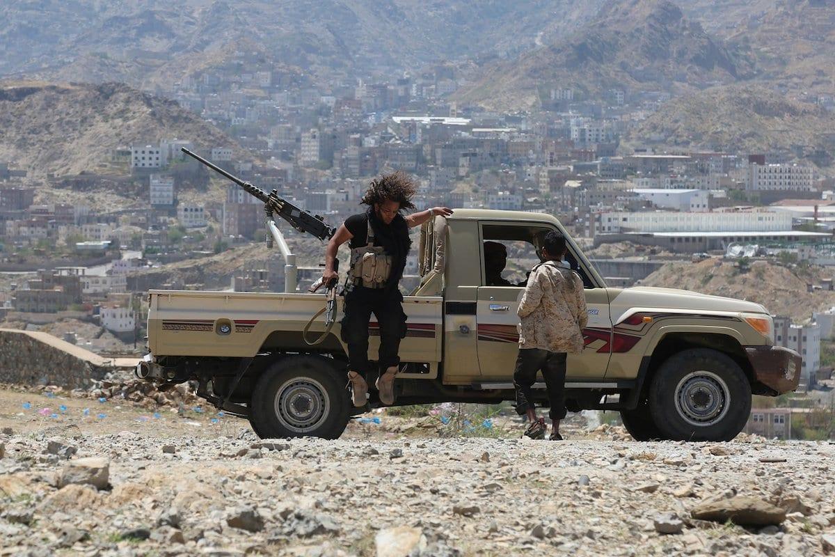 Forças do governo atacam posições de militantes houthis e pró-Saleh durante uma operação na província de Taiz, Iêmen em 6 de abril de 2017 [Agência Abdulnasser Alseddik/ Anadolu]