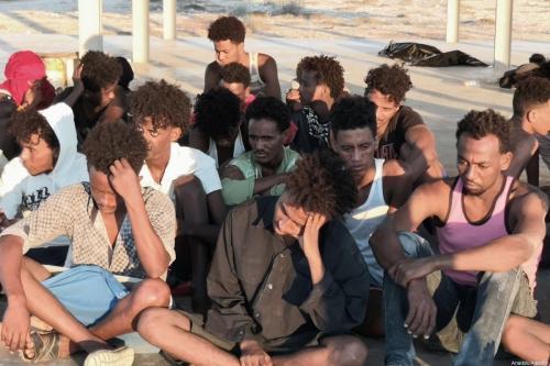 Grupo de imigrantes é resgatado pela Guarda Costeira da Líbia, após seu bote afundar na costa da cidade de Al-Khoms, Líbia, 25 de julho de 2019 [Hazem Turkia/Agência Anadolu]