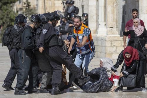 Forças israelenses atacam fiéis palestinos na Mesquita de Al-Aqsa, em Jerusalém, 11 de agosto de 2019 [Faiz Abu Rmeleh/Agência Anadolu]