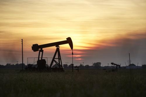 Uma torre de petróleo bombeia petróleo do solo próximo a 20 de abril de 2020 [Dave Creaney /Agência Anadolu]