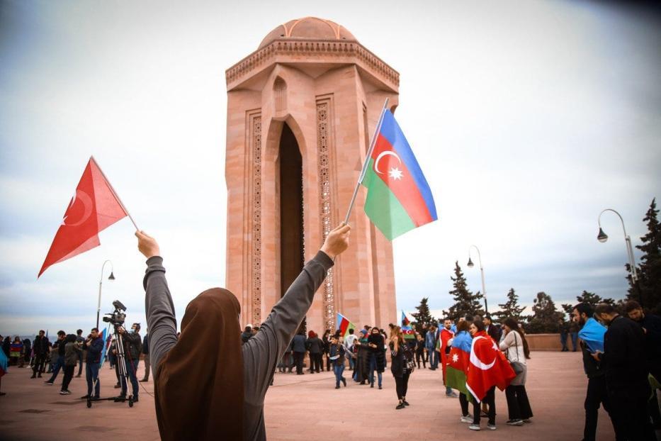Azerbaijanos visitam o Beco dos Mártires, um cemitério e memorial dedicado aos mortos pelas tropas soviéticas durante o Janeiro Negro de 1990, enquanto se reúnem para celebrar o acordo alcançado para interromper os combates na região de Nagorno-Karabakh como a derrota da Armênia, em Baku, Azerbaijão em 10 de novembro de 2020. [Resul Rehimov - Agência Anadolu]