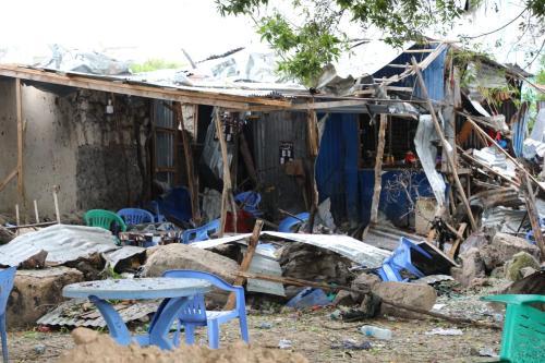 Área danificada por um ataque suicida contra um movimentado restaurante de Mogadishu, capital da Somália, em 17 de novembro de 2020 [Sadak Mohamed/Agência Anadolu]