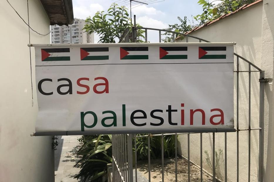 Placa que Hassan colocou em sua moradia [Monitor do Oriente Médio]