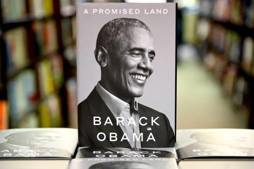 Livro de memórias do presidente Barack Obama 'A Promised Land' em uma livraria em Nova York em 17 de novembro de 2020 [Jamie McCarthy/ Getty Images]