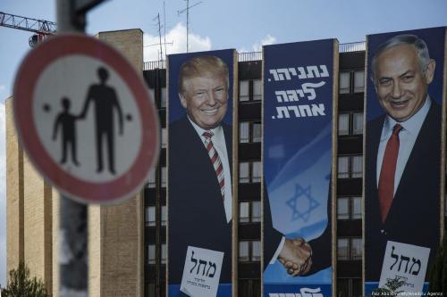 Cartazes do Primeiro Ministro de Israel Benjamin Netanyahu e do Presidente dos EUA Donald Trump, antes das eleições gerais ocorridas em Jerusalém, em 16 de setembro de 2019 [Faiz Abu Rmeleh/Agência Anadolu]