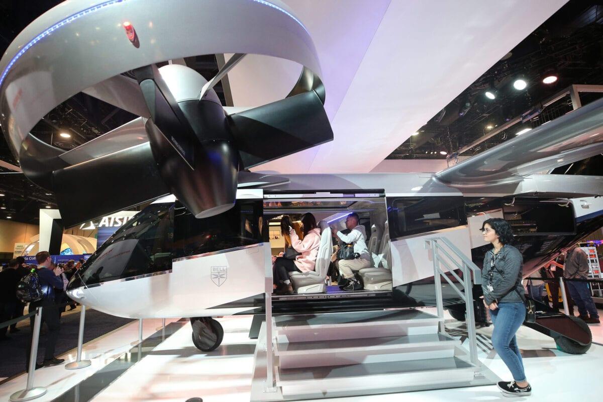 Convidados visitam uma maquete em escala real do táxi aéreo Bell Nexus 4EX, durante a feira de tecnologia CES 2020, no Centro de Convenções de Las Vegas, Nevada, 8 de julho de 2020 [Mario Tama/Getty Images]