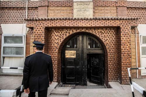 Policial egípcio entrando na prisão de Tora na capital egípcia Cairo, em 11 de fevereiro de 2020 [Khaled Desouki/AFP/ Getty Imagens]