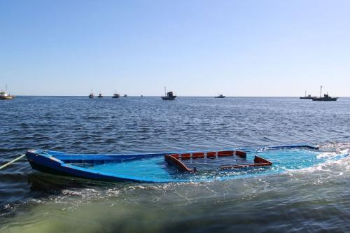 Barco que carregava 29 pessoas e virou é recuperado em Amra, costa da Tunísia, 13 de outubro de 2020 [Houssem Zouari/AFP/Getty Images]