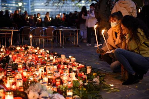 Pessoas acendem velas em memorial improvisado para as vítimas do ataque terrorista da última segunda-feira (2), no qual um atirador disparou contra civis em Viena, Áustria, 5 de novembro de 2020 [Thomas Kronsteiner/Getty Images]