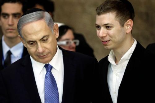 O primeiro-ministro israelense Benjamin Netanyahu (esq) e seu filho Yair visitando o Muro das Lamentações em Jerusalém em 18 de março de 2015 [Thomas Coex/ AFP via Getty Images]