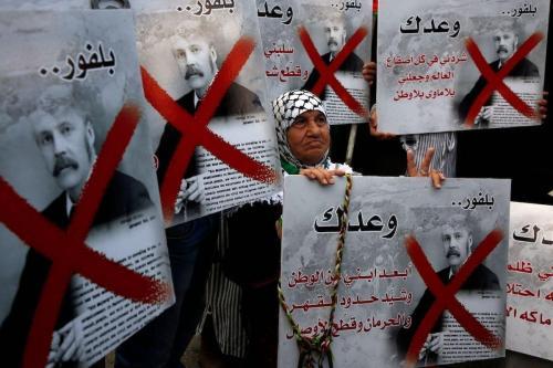 Palestinos protestam no 100° aniversário da Declaração Balfour, que determinou o compromisso britânico à criação de um estado sionista, em Nablus, Cisjordânia ocupada, 2 de novembro de 2017 [Jaafar Ahtiyeh/AFP/Getty Images]