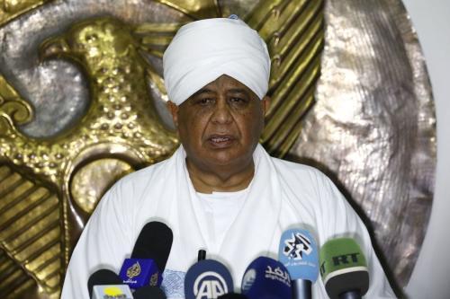 O ministro de Relações Exteriores do Sudão, Ibrahim Ghandour, fala à imprensa após uma reunião com seu homólogo do Catar, em Cartum, em 10 de março de 2018. [Ashraf Shazly/AFP via Getty Images]