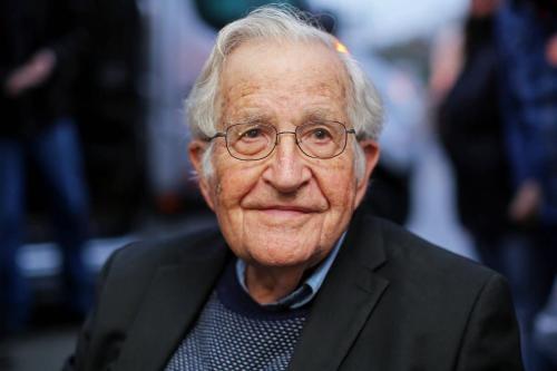 Linguista e ativista político norte-americano Noam Chomsky em Curitiba, Brasil, em 20 de setembro de 2018 [Heuler Andrey/ AFP/ Getty Images]