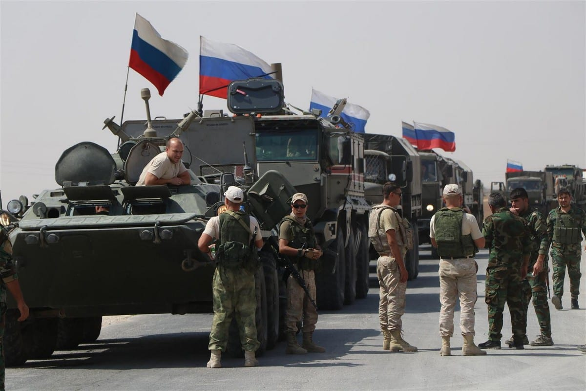 Veículos do Exército da Rússia tomam as estradas em Kamisli, Síria, conforme operação de reforço logístico em seus postos militares, em 14 de setembro de 2020 [Samer Uveyd/Agência Anadolu]