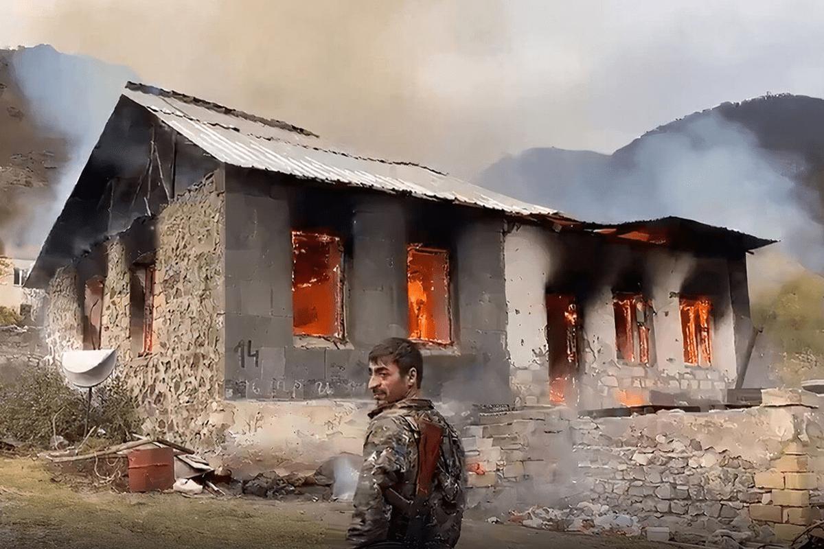 Armênios ateando fogo em suas casas antes de deixar-las [Youtube]