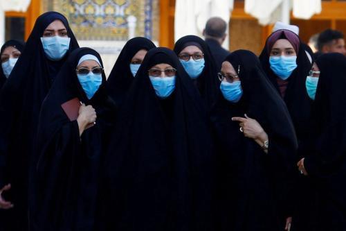 Mulheres iraquianas usam máscaras protetoras após um surto de coronavírus, no Iraque em 11 Março de 2020 [Alaa al-Marjani/ TPX/ Reuters]