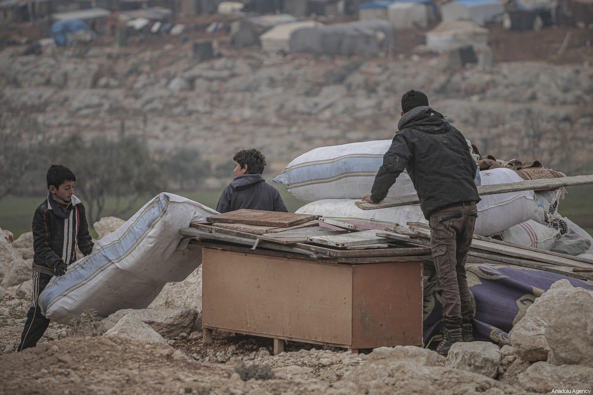 Filhos de famílias sírias vistas em um acampamento em Turmanin na zona rural ocidental de Aleppo, perto da fronteira com a Turquia, em um dia frio de inverno em Idlib, Síria, em 14 de fevereiro de 2020 [Muhammed Said/ Agência Anadolu]