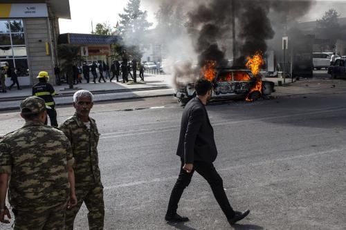 Carro em chamas após forças armênias atingirem a cidade de Barda, na região central do Azerbaijão, em 28 de outubro de 2020 [Arif Hüdaverdi Yaman/Agência Anadolu]
