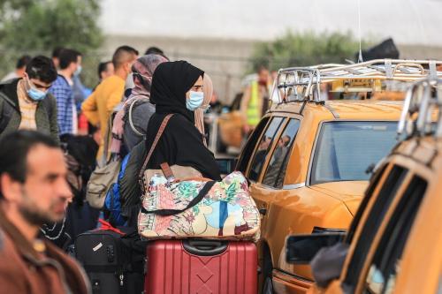 Palestinos de Gaza aguardam em fila com seus veículos para passar pela travessia de fronteira de Rafah, na Cidade de Gaza, 2 de novembro de 2020 [Ali Jadallah/Agência Anadolu]