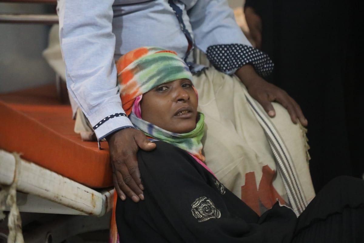 Mulher iemenita de luto é consolada em um hospital após m ataque de artilharia houthi em Taiz, Iêmen, em 30 de novembro, 2020 [Agência Abdulnasser Alseddik / Anadolu]