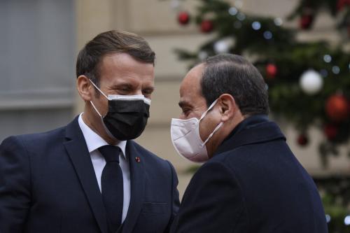 Presidente da França Emmanuel Macron recebe o Presidente do Egito Abdel Fattah el-Sisi, para reunião no Palácio do Eliseu, em Paris, França, 7 de dezembro de 2020 [Julian Mattia/Agência Anadolu]