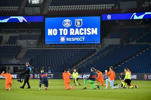Jogadores do Paris Saint Germain e Istanbul Basaksehir ajoelham-se em protesto contra o racismo antes da partida de futebol remarcada pela Liga dos Campeões da UEFA, no estádio Parque dos Príncipes, em Paris, 9 de dezembro de 2020 [Julien Mattia/Agência Anadolu]
