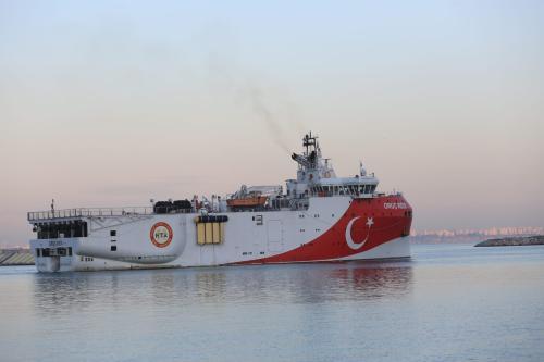 Navio de pesquisa sismológica Oruc Reis, após partir da costa de Antalya, para conduzir estudos no Mediterrâneo Oriental, em 23 de dezembro de 2020 [Süleyman Elçin/Agência Anadolu]