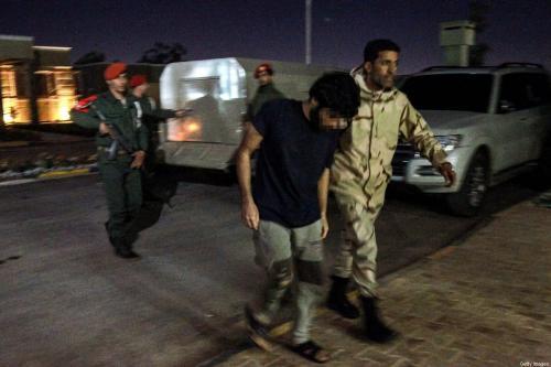 Soldado pró-Haftar escolta um prisioneiro capturado durante ofensiva nas proximidades da capital Trípoli, supostamente parte de mercenários da Síria [Abdullah Doma/ AFP via Getty Images]