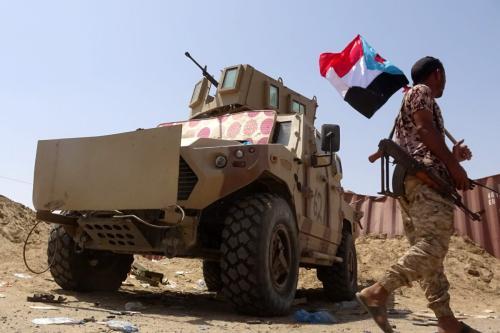 Um soldado do Conselho de Transição do Sul (CTS) segura uma bandeira separatista, na província de Abyan, sul do Iêmen, 18 de maio de 2020 [Nabil Hasan/AFP/Getty Images]