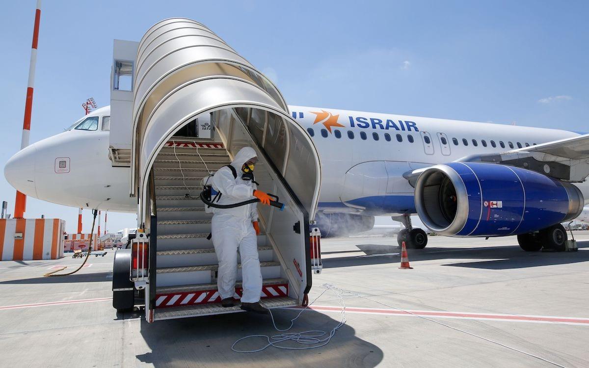 Avião A320 da Israir Airlines Airbus, no Aeroporto Internacional Ben Gurion, próximo à cidade israelense de Tel Aviv, em 14 de junho de 2020, em meio à nova pandemia de coronavírus. [Gil Cohen-Magen/ AFP via Getty Images]