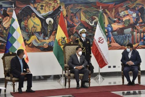 Presidente da Bolívia Luis Arce (centro) e Ministro de Relações Exteriores Rogelio Mayta (à esquerda) conversam com Mortessa Tabreshi, novo embaixador do Irã em La Paz, em 11 de novembro de 2020 [Aizar Raldes/AFP/Getty Images]