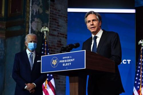 Secretário de Estado nomeado Antony Blinken (R ) com o presidente eleito dos EUA, Joe Biden, durante evento de anúncio do gabinete em Wilmington, Delaware, em 24 de novembro de 2020. [Chandan Khanna/ AFP via Getty Images]