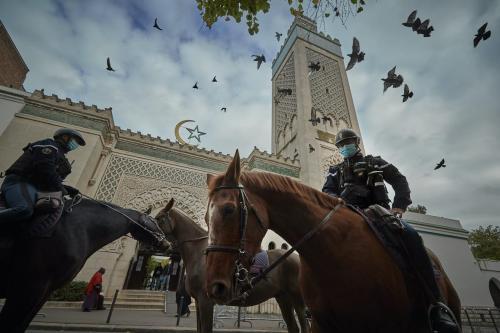 Polícia montada patrulha os arredores da Grande Mesquita de Paris, na capital francesa, em 30 de outubro de 2020 [Kiran Ridley/Getty Images]