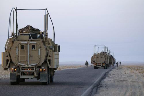 Soldados dos EUA realizam uma verificação de segurança em seus veículos Mine Resistant Ambush Protected (MRAP) perto da fronteira com o Kuwait, no último comboio militar dos EUA a deixar o Iraque em 18 de dezembro de 2011 perto de Nasiriyah, Iraque [Lucas Jackson / Pool / Getty Images]