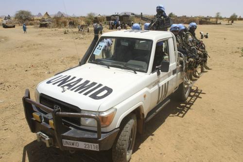 Tropas da Missão das Nações Unidas e União Africana em Darfur (UNAMID) patrulham a região de Shangil Tobaya, no estado de Darfur do Norte, Sudão, 18 de junho de 2013 [Ashraf Shazly/AFP/Getty Images]