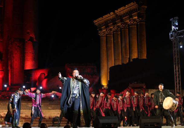 Cantor libanês Assi Hallani abre o Festival Internacional de Baalbek, no centro do Líbano, em 30 de julho de 2014 [AFP/Getty Images]