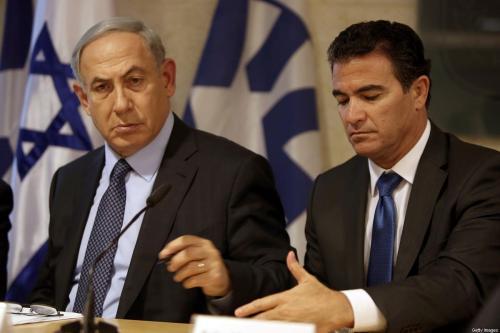 Primeiro-Ministro de Israel Benjamin Netanyahu, ao lado de Yossi Cohen, chefe do Conselho de Segurança Nacional e comandante máximo do serviço de inteligência Mossad, na chancelaria israelense, em 7 de dezembro de 2015 [Gali Tibbon/AFP/Getty Images]