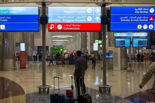 Viajantes aguardam na seção de controle de imigração do Aeroporto Internacional de Dubai, Emirados Árabes Unidos, 25 de agosto de 2016 [Robert Nickelsberg/Getty Images]