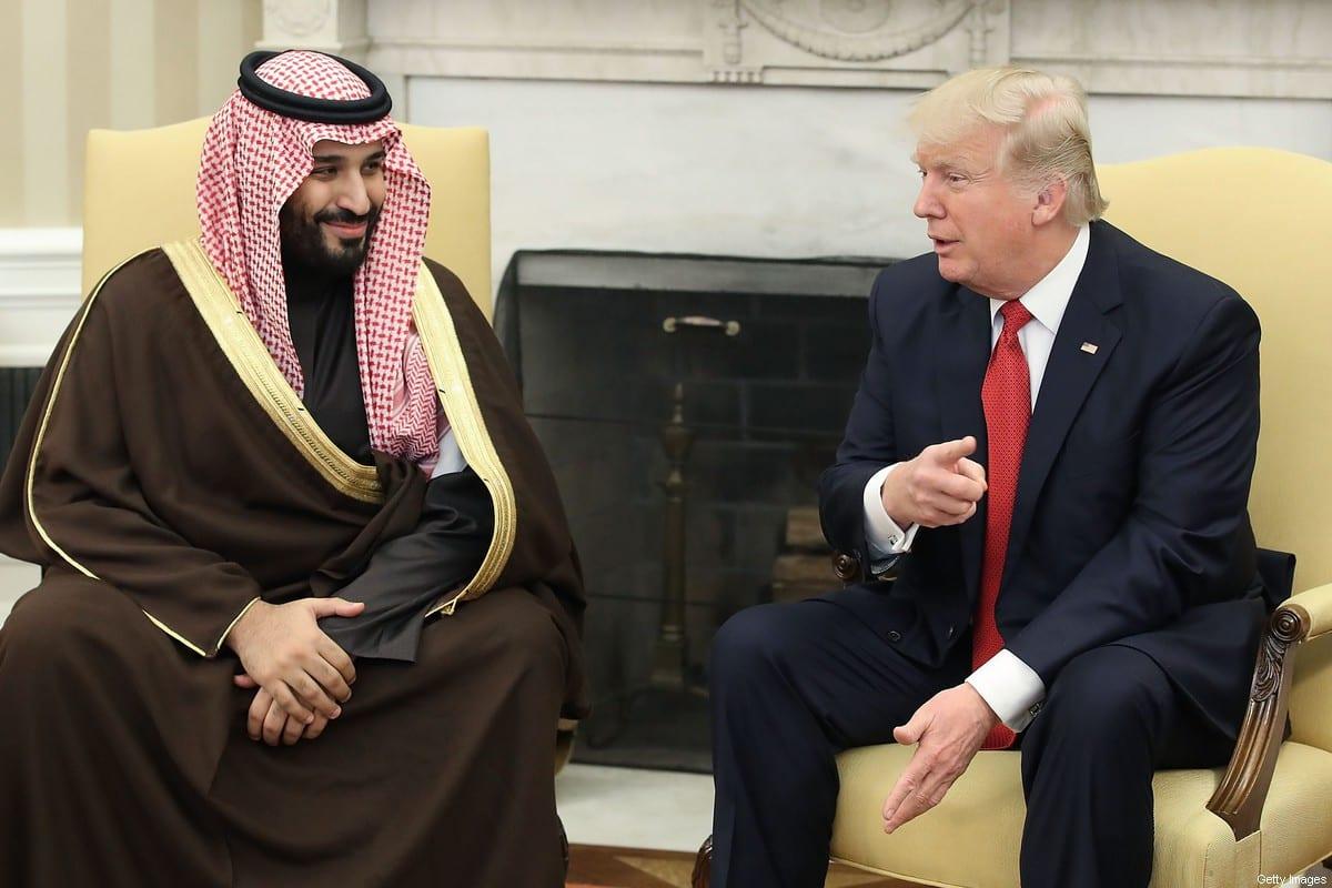 Presidente dos Estados Unidos Donald Trump encontra-se com Mohammed Bin Salman, príncipe herdeiro e governante de fato da Arábia Saudita, em Washington DC, 14 de março de 2017 [Mark Wilson/Getty Images]