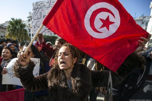 Tunisianos saem às ruas para o aniversário da deposição do longevo ditador Zine el Abidine Ben Ali, em Túnis, Tunísia, 14 de janeiro de 2020 [Yassine Gaidi/Agência Anadolu]