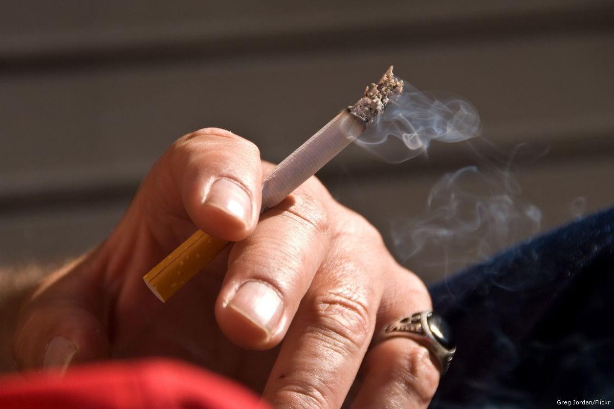 Homem com cigarro, 29 de dezembro de 2017 [Greg Jordan/Flickr]