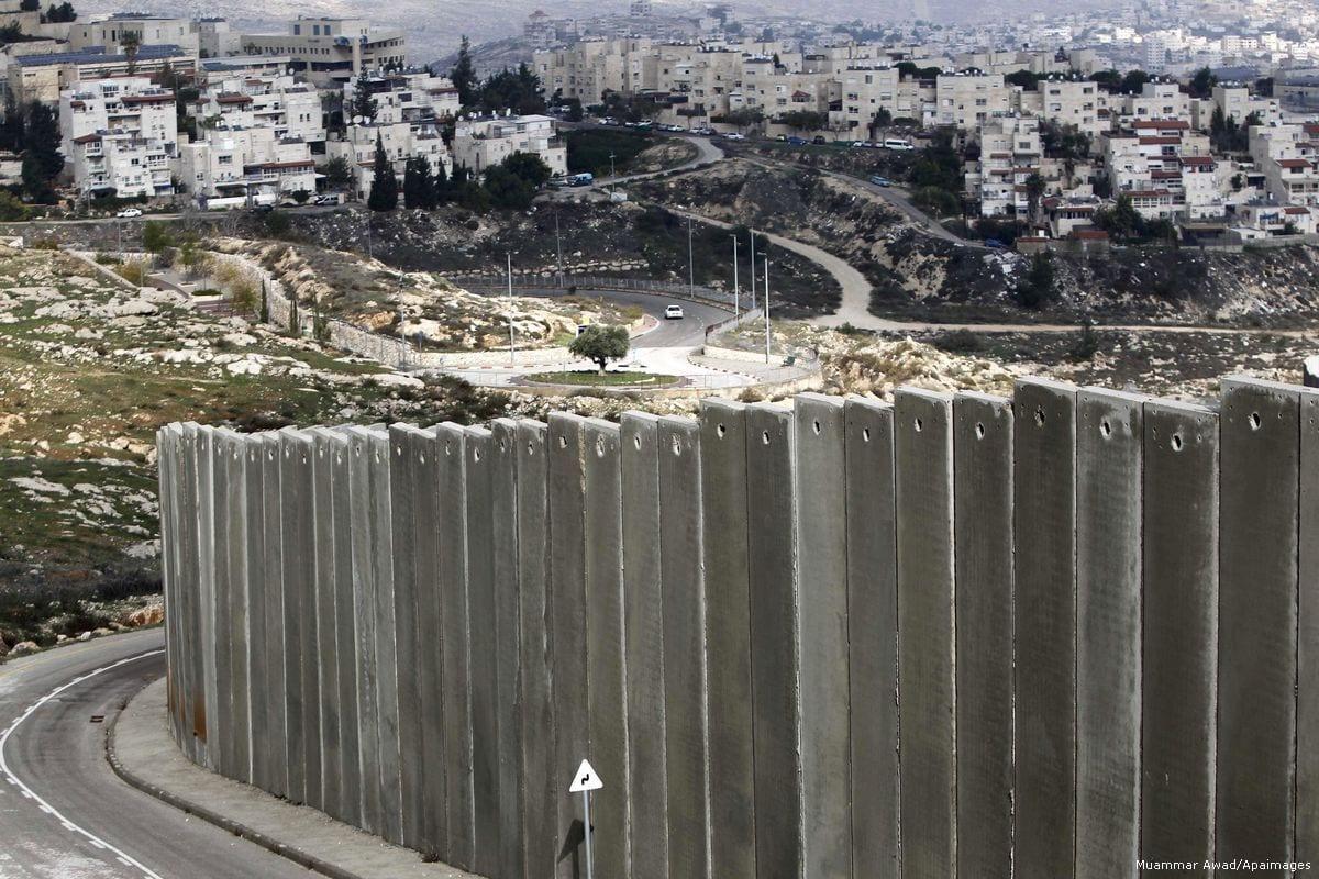 Campo de refugiados palestinos por trás do muro do apartheid israelense, em Jerusalém Oriental ocupada, 3 de dezembro de 2014 [Muammar Awad/Apaimages]