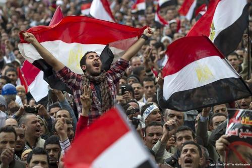 Multidões reúnem-se durante a revolução egípcia que teve início em 25 de janeiro de 2011 e resultou na deposição do longevo ditador Hosni Mubarak [Egypt is The Gift of The Nile/Facebook]