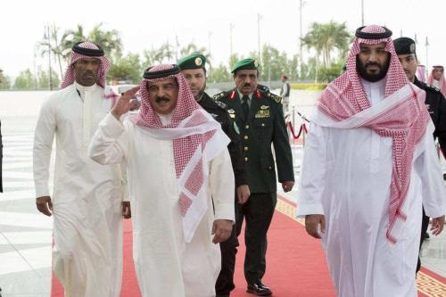 Rei do Bahrein Hamad bin Isa al Khalifa (à esquerda) reúne-se com o príncipe herdeiro saudita Mohammed bin Salman (à direita), em Jeddah, Arábia Saudita, 1° de agosto de 2017 [Bandar Algaloud/Conselho Real Saudita/Agência Anadolu]