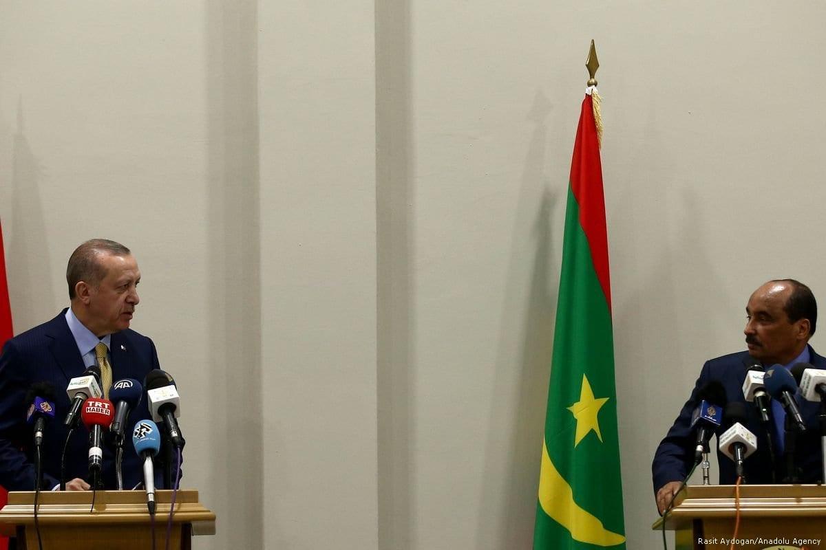 O presidente da Turquia, Recep Tayyip Erdogan (esq.), e o presidente da Mauritânia, Mohammad Veled Abdulaziz (dir.), dão uma coletiva de imprensa conjunta na Mauritânia em 28 de fevereiro de 2018. [Agência Raşit Aydoğan/Anadolu]