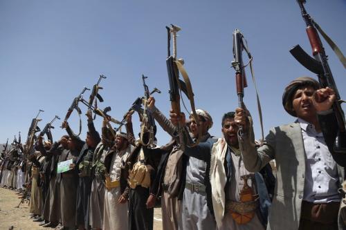Apoiadores do grupo iemenita houthi marcham para celebrar o 5° aniversário da captura de Sanaa, capital do Iêmen, em 21 de setembro de 2019 [Mohammed Hamoud/Agência Anadolu]